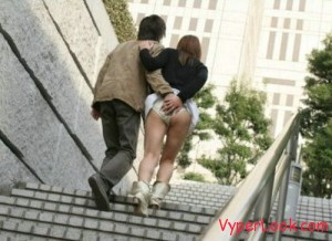 Funny-Behavior-of-Couples-In-The-Street-005