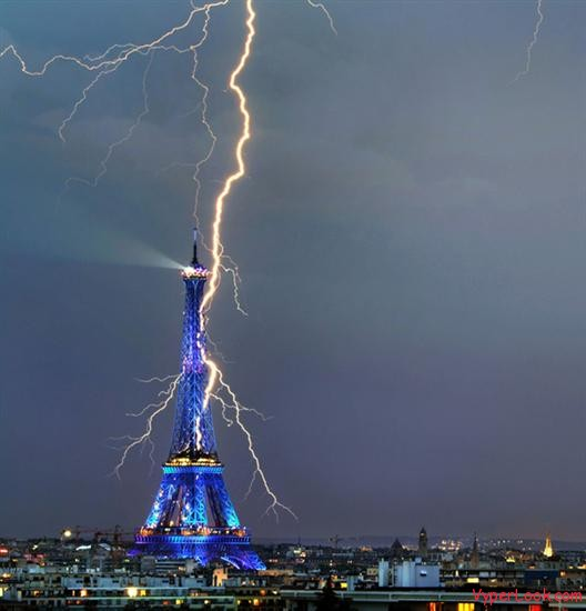 Lightning strikes Eiffel Tower3