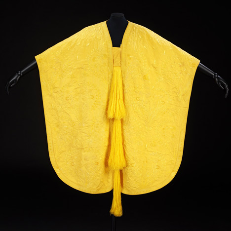 dezeen Spider silk cape by Simon Peers and Nicholas Godley