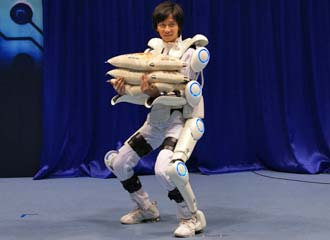 robotic exoskeleton 2 Robotic Exoskeleton Muscle Suit Will Make Us Superhumans Pictures Seen on www.VyperLook.com