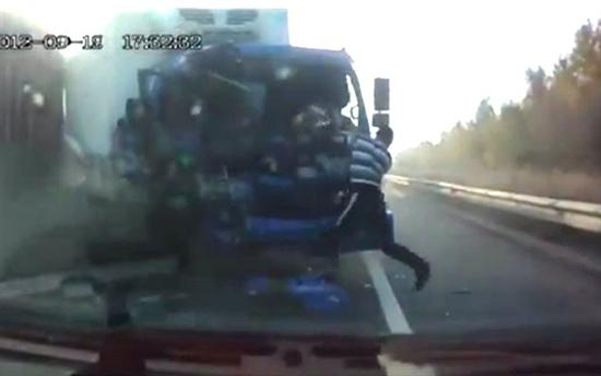 Russian truck driver escapes death trough windshield