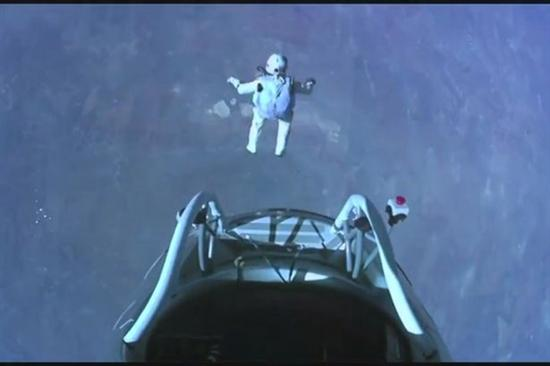 Felix Baumgartner Breaks Sound Barrier4