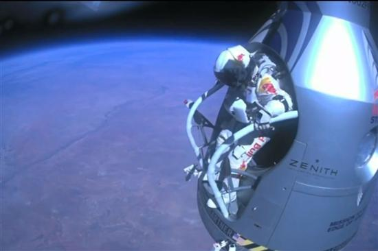 Felix Baumgartner Breaks Sound Barrier7