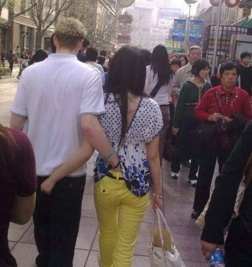 944033Funny Behavior of Couples In The Street 015